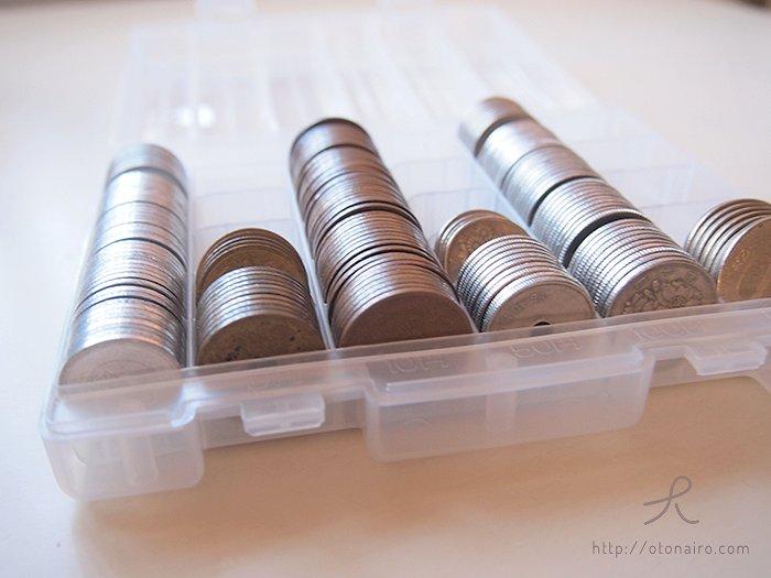 小銭をコインバンクに整理した様子