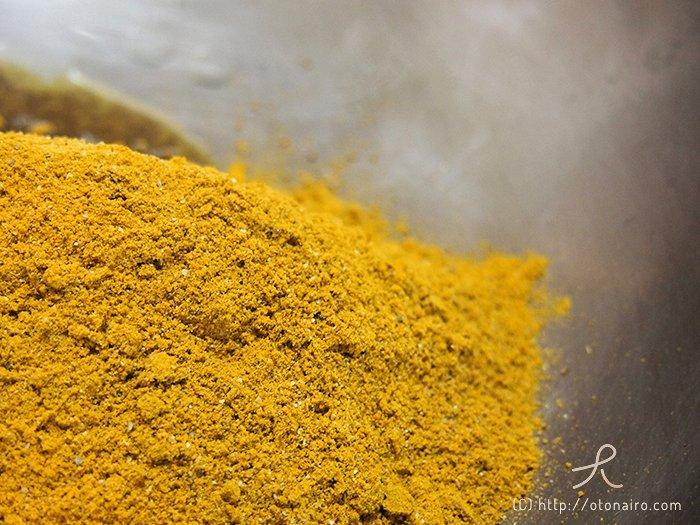 フライパンでGABANのカレー粉を炒める様子