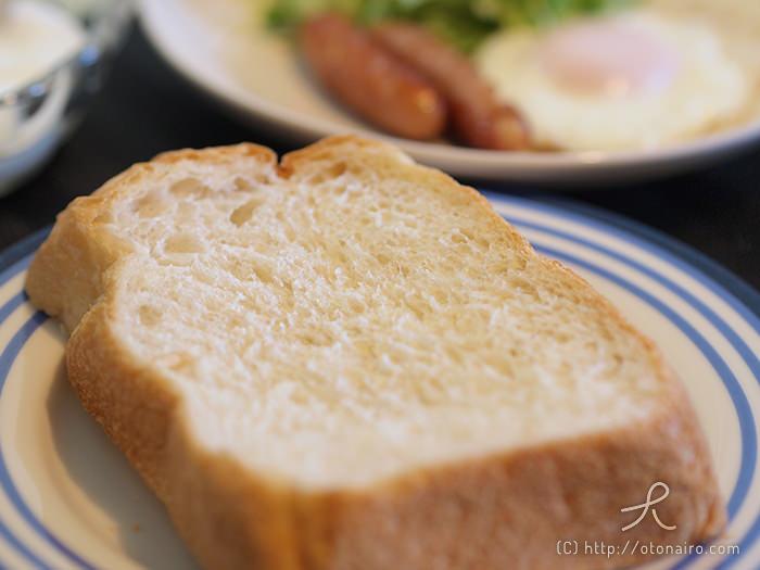 焼き立てパンで優雅な朝食